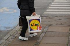 NIEMIECKI sklepu spożywczego LIDL sklep I torba na zakupy Zdjęcia Royalty Free
