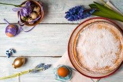 Niemiecki wielkanoc tort, jajka, kwiat na stole Obraz Stock