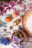 Niemiecki wielkanoc tort, jajka, kwiaty, faborki na stołowym zbliżeniu Fotografia Stock