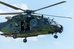 Niemiecki wojskowy odtransportowywa helikopter, NH 90 zdjęcia royalty free