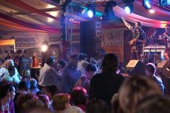 Niemieckie piosenki i przy cibinFest szczęśliwi tancerze, Sibiu Obrazy Royalty Free