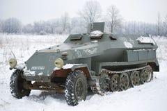 Niemieckiego średniego śladu opancerzony transporter Drugi wojna światowa, zakończenie na zima dniu Obraz Stock