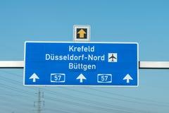 Niemieckiego autostrady autobahn błękitny drogowy znak prowadzi lotniskowy Duesseldorf obrazy royalty free