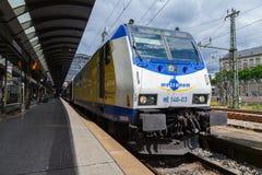 Niemieckiej regionalności ekspresowy PONOWNY pociąg od Metronomu, przyjeżdża przy Hamburg dworcem w Czerwu 2014 Zdjęcia Royalty Free