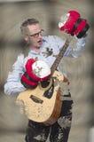 Niemożliwy robić Biznesmeni bawić się na gitarze jest ubranym bokserskie rękawiczki, bryzgać w błocie fotografia stock