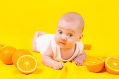 Niemowlę kłama w pomarańczach Zdjęcie Stock