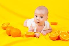 Niemowlę kłama w pomarańczach Obraz Stock
