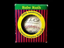 Niemowlęcia Ruth Pamiątkowy 100th urodziny Autographed piłkę obrazy stock
