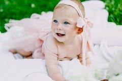 Niemowlęctwa i wieka pojęcie piękny szczęśliwy dziecko w menchiach ubiera w parkowy bawić się obraz royalty free