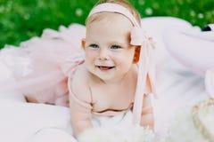 Niemowlęctwa i wieka pojęcie piękny szczęśliwy dziecko w menchiach ubiera w parkowy bawić się obrazy royalty free