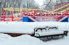 Śnieżnego przyciągania Śmieszna kolejka górska w zima parku podczas śniegu Zdjęcia Royalty Free