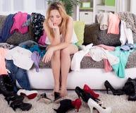 Niente indossare concetto, giovane donna che decide che cosa mettere sopra Fotografia Stock