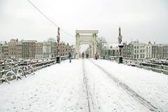 Śnieżny Amsterdam z Thiny mostem w holandiach Zdjęcie Stock
