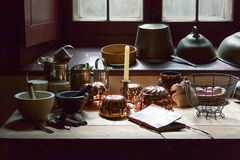 Nieociosana kuchnia z okno i Kitchenware Fotografia Royalty Free