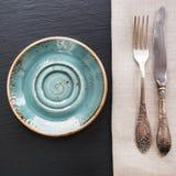 Nieociosana pielucha, łyżka i błękita talerz na czerń łupku naczyniu z kopii przestrzenią dla twój menu, Zdjęcia Royalty Free