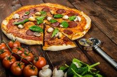 Nieociosana pizza z salami, mozzarellą i szpinakiem, obrazy stock