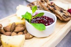 Nieociosana prezentacja sera i krakersa półmisek zdjęcie stock