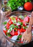Nieociosana sałatka pomidory, ogórki, biała cebula, czerwony pieprz, pietruszka, kraszonego oliveovym ocet, nafciany i balsamic fotografia stock