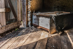 Nieociosana scena stary drewniany sanie w historycznej stajni Obraz Royalty Free