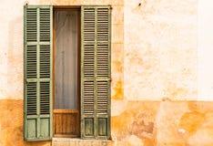Nieociosana stara otwarte okno żaluzja śródziemnomorski dom zdjęcia stock