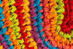 Nieociosana tkanina z jaskrawymi kolorami Przeplatać tkaniny kolory tworzy dywan Przetwarzać tkaniny obraz royalty free