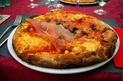 Nieociosana włoska pizza na restauracja stole obraz royalty free