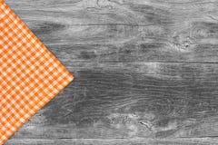 Nieociosane drewniane deski z pomarańczowym w kratkę tablecloth Zdjęcie Royalty Free