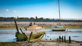 Nieociosane łodzie na statku cmentarzach Zdjęcie Royalty Free