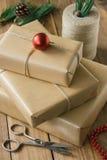 Nieociosani Bożenarodzeniowi prezenty na drewnianym tle Zdjęcie Royalty Free
