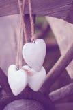 Nieociosani serca na drewnianym kole Obrazy Stock