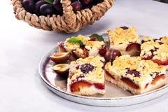 Nieociosany śliwka tort na drewnianym tle z śliwkami wokoło obrazy stock