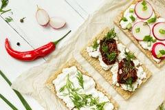 Nieociosany śniadanie koźli ser na papierze na białym drewnianym tle Rolnika świeży produkt spożywczy obraz royalty free