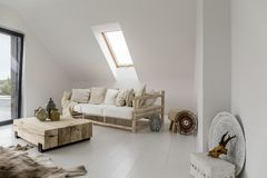 Nieociosany żywy pokój z lampionem fotografia royalty free
