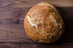 Nieociosany bochenek Całej banatki chleb na Drewnianym tle Fotografia Royalty Free