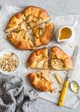 Nieociosany bonkreta kulebiak z miodem i orzechami włoskimi na popielatym tle fotografia stock