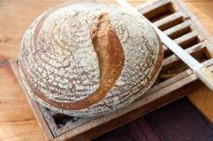 Nieociosany cały zbożowy chlebowy przygotowywający cięcie Fotografia Stock