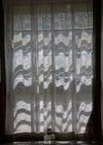 Nieociosany chałupy okno z węglową nafcianą lampą Obraz Stock