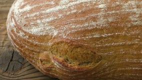 Nieociosany chleb na starym roczniku zaszalował drewno stół Świeżo piec chleb w nieociosanym położeniu na drewnianym tle zdjęcie wideo