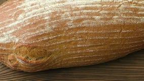 Nieociosany chleb na starym roczniku zaszalował drewno stół zdjęcie wideo