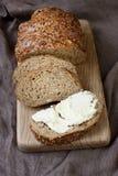 Nieociosany chleb z serową śmietanką zdjęcia stock