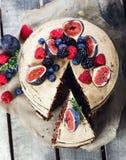 Nieociosany czekoladowy tort zdjęcia royalty free