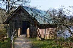 Nieociosany drewniany boathouse Fotografia Royalty Free