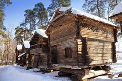 Nieociosany drewniany dom w na otwartym powietrzu muzealnej Seurasaari wyspie, Helsinki, Finlandia Obraz Stock