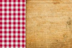 Nieociosany drewniany tło z czerwonym w kratkę tablecloth Fotografia Royalty Free