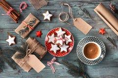 Nieociosany drewniany tło z filiżanką gorący kawy i prezenta wrappin zdjęcia royalty free