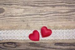 Nieociosany drewniany tło z grabić granicę i serca Odbitkowy s Fotografia Royalty Free