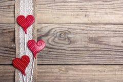 Nieociosany drewniany tło z grabić granicę i serca Odbitkowy sp Obraz Royalty Free