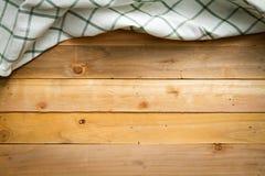 Nieociosany drewniany z białym w kratkę stołowym płótnem Zdjęcie Royalty Free