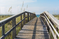 Nieociosany drewno plaży Boardwalk przez piasek diun Obrazy Royalty Free