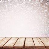 Nieociosany drewno stół przed błyskotliwości bokeh światłami fotografia stock